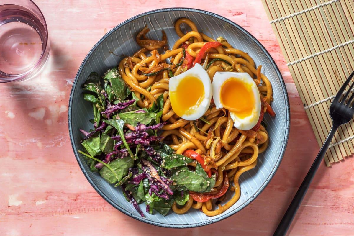 Wok de nouilles udon aux légumes asiatiques