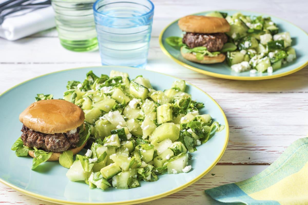 Zomerse meloensalade met broodje hamburger