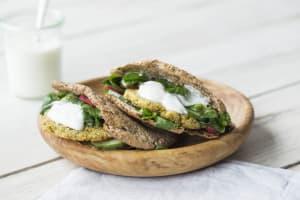 Volkoren pitabrood met falafelburgers, frisse salade en romige yoghurtsaus image