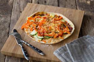 Platbroodpizza's met groenten en oude kaas image