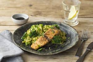 Zalmfilet met frisse couscous, zwart sesamzaad en verse basilicum image