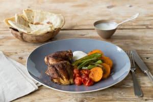 Gebakken kippendij met groenten met baharat, naanbrood en frisse yoghurt image