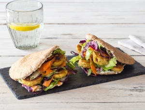Volkoren pitabrood met falafel, rodekoolsalade en labne image
