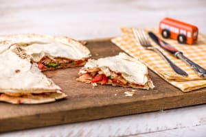 Platbrood gevuld met tonijn image