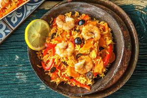 Spaanse rijstschotel met garnalen en olijven image