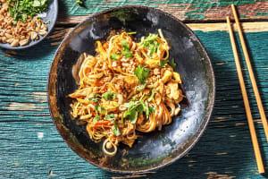 Pad thaï : poulet, nouilles et oeufs brouillés image