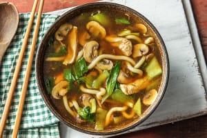 Soupe de nouilles japonaise et filet de poulet image