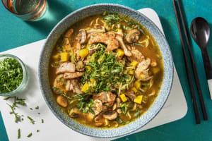 Thaise noedelsoep met kip en gele wortel image