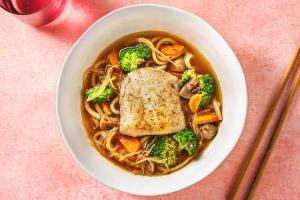Soupe de nouilles udon au filet d'aiglefin poêlé image