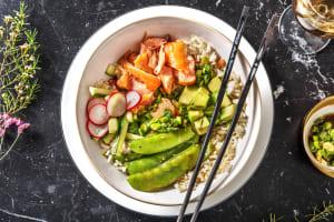 Sushi bowl au saumon fumé à chaud image