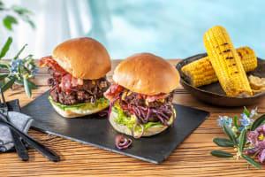 Double Bacon-Cheese-Burger mit Maiskolben image