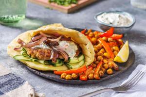 Kipburger met naanbroodje en tzatziki image