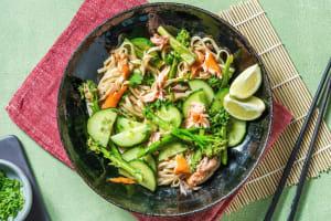 Salade de nouilles asiatiques au saumon fumé à chaud image