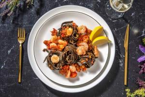 Tagliatelles noires aux grosses crevettes image