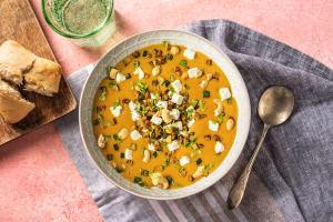 Zoete-aardappelsoep met witte kaas en cashewtopping image