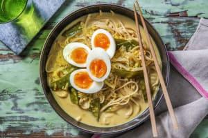 Soupe de pois mange-tout au lait de coco et œufs durs image