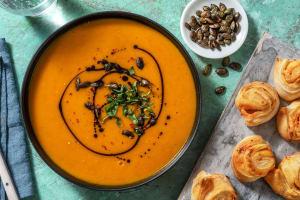 Kürbissuppe mit Tomatenpesto-Schnecken image