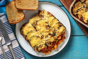 Moussaka végétarienne accompagnée d'un pain à l'ail image