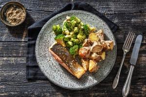 Filet de saumon et salade de pommes de terre à l'asiatique image
