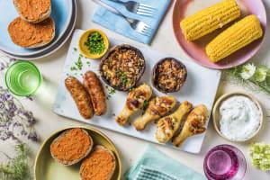 Planche BBQ avec saucisses de porc et pilons de poulet image