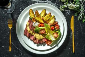 Filet mignon servi avec des pommes de terre à l'ail rôties persillées image