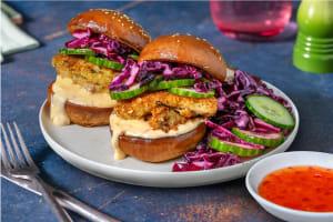 Krokante kipburgertjes met zoete chili-roomsaus image