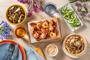 Terre et mer à l'asiatique : poulet croquant et crevettes en sauce pimentée douce image