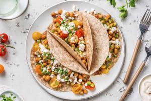 Tortillas au blé complet garnies de pois chiches et fromage grec image