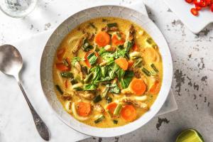 Soupe de nouilles au poulet et lait de noix de coco image