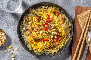 Thai-Glasnudelsalat mit Karottenspaghetti getoppt image