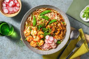 Bowl de soupe de nouilles aux crevettes piquantes et sugar snaps image