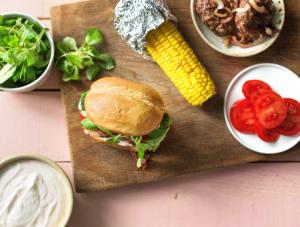 Broodje köfte-runderburger met paprika-yoghurtsaus en maïskolf image