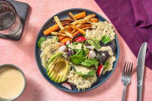 Salat mit Hummus-Sesam-Dressing & Käse-Chips image