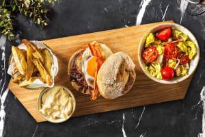 Burger de bœuf, œuf au plat & lard image