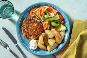 Zelfgemaakte tonijnburger met kappertjes en augurk image