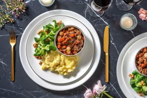 Coq au vin met zilveruitjes en champignons image