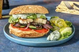Fladenbrot-Burger mit gebratenem Halloumi image