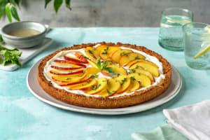 Gâteau d'été au fromage blanc garni de pêche et nectarine image