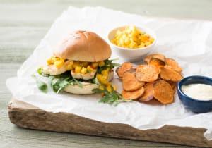 Halloumi-Burger mit Mango-Salsa, dazu selbstgemachte Süsskartoffelchips und Sesam-Mayonnaise image