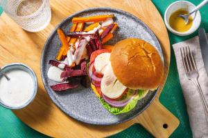 Halloumi-Burger mit Rüebli-Randen-Sticks image