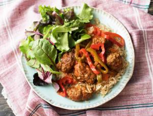 Kruidige köfte in zoetpittige saus met rijst en frisse salade image