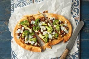 HelloFresh Lahmacun – Salsiccia und Broccoli auf Pita-Brote, dazu frischer Minz-Joghurt image