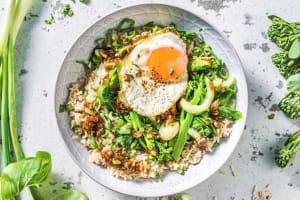 Chinese groente met zoete Aziatische saus en een ei image