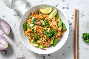 Oosterse noedels met vegetarische kipstukjes image