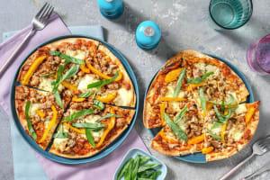 Pizza met gehakt, mozzarella en basilicum image