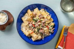 Romige rigatoni met gekruid kipgehakt en spinazie image