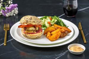Rundvleesburger met gebakken ui, spek en comté image