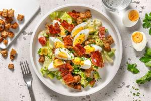 BLT-salade met ei, avocado en yoghurtdressing image