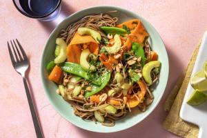 Salade de nouilles soba à la coriandre & légumes croquants image