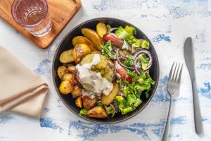 Burger de bœuf et salade fraîche de romaine image